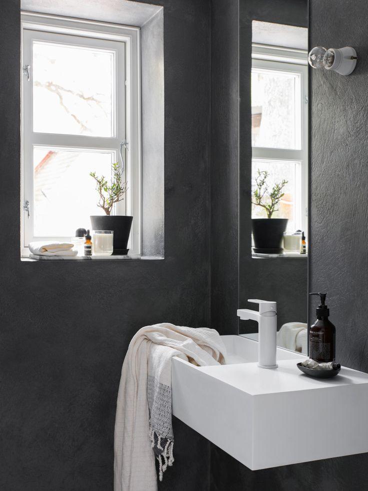 Det lilla badrummet under sovloftet. Tvättställ från Furniture box, vit blandare Ringo från Swoon, Spegel IKEA, Lampsockel från Ifö. Hamam handduk från Edblad,