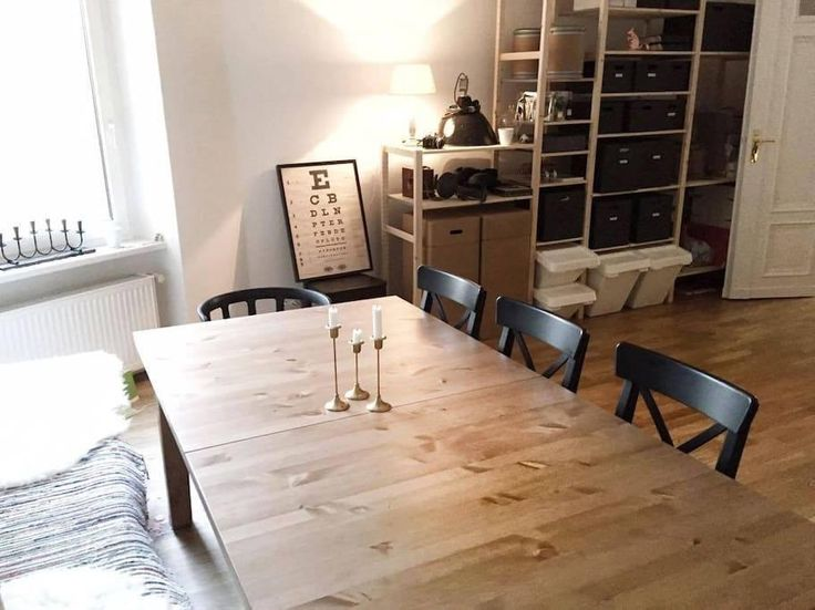 Schöner Esszimmer-Holztisch mit schönen Stühlen und Sitzbank sowie gemütlicher Beleuchtung.  3-Zimmerwohnung in Berlin Mitte.
