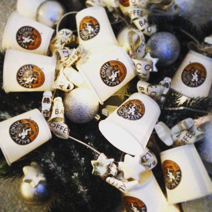 Also wir haben dann fertig dekoriert 😊👉🎄🌟✨🌟Selbstgemacht ist noch immer am Schönsten!   #balzaccoffee #coffee #directtrade #brasilien #hamburg #weihnachten #christmas #weihnachtsbaum #deko #diy #becher #lichterkette #tanne #kugeln #silber #glitzer #vorfreude