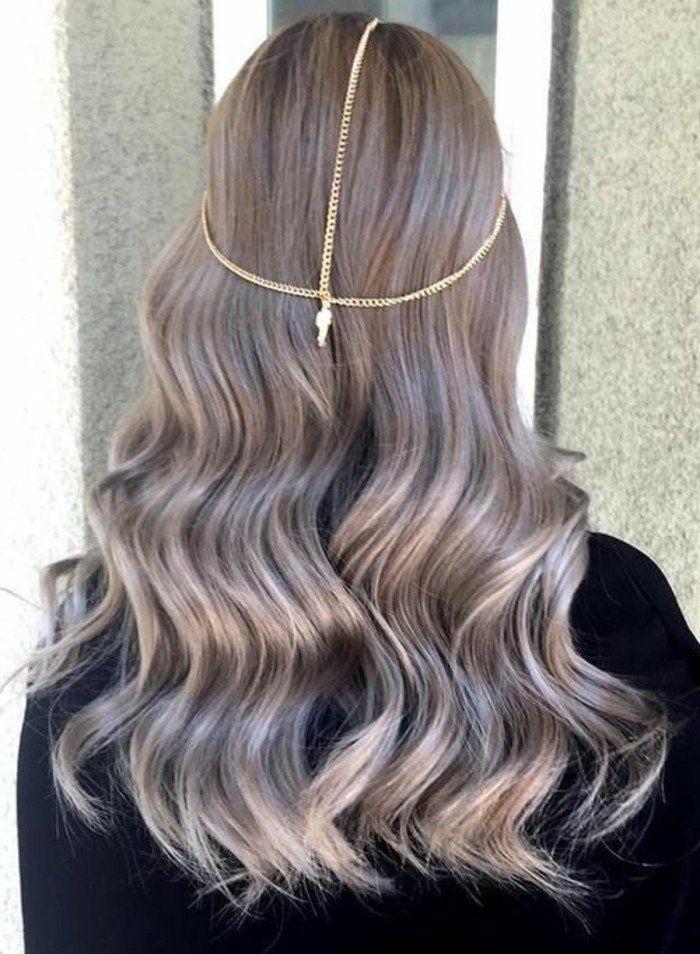 blond foncé cendré, cheveux longs ondulants