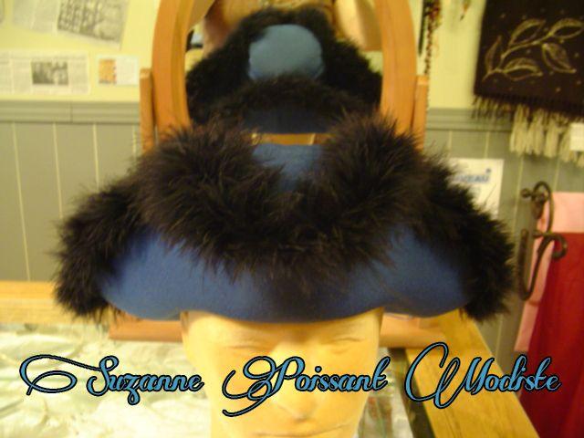 Chapeau tricorne en laine bleue décoré de marabout noir. Création Suzanne Poissnt Modiste