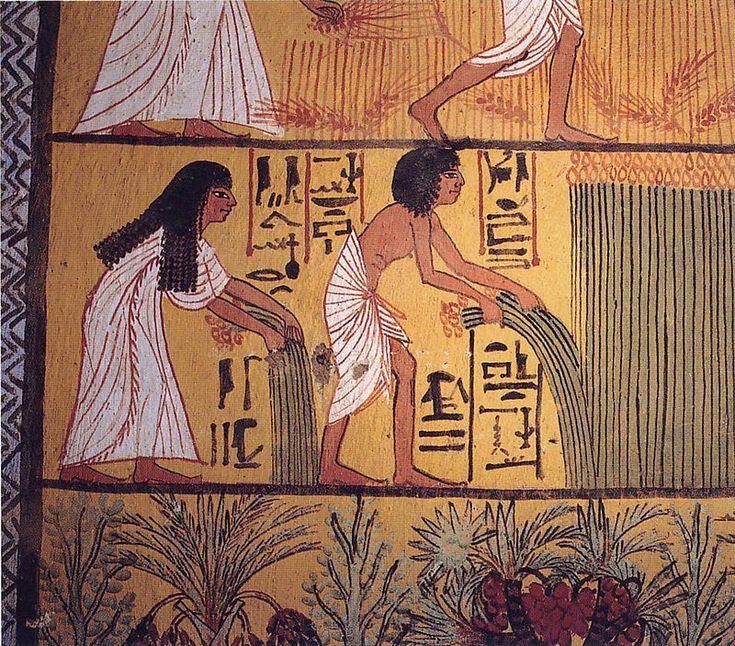 A mais antiga referência conhecida a um creme dental está em manuscrito egípcio no século IV a.C., que citava uma mistura de sal de cozinha, pimenta, folhas de menta e flores de íris.
