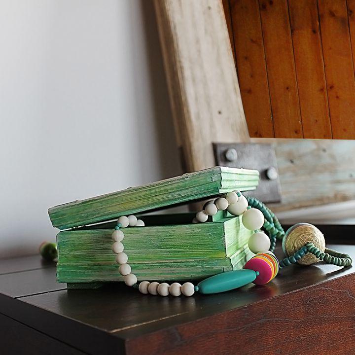 Casetta Fabia    Ce e frumos începe cu A fost odată ca niciodată și se sfârșește... sau nu.     Din lemn de pin, prelucrat și pictat manual, de forma unui tom cu încrustații în stil damask, Casetta Fabia promite să păstreze cu luare-aminte file de poveste, mărgăritare, șiraguri de amintiri sclipitoare.