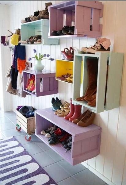 Geverfde kratten aan de muur voor boeken, schoenen of anders