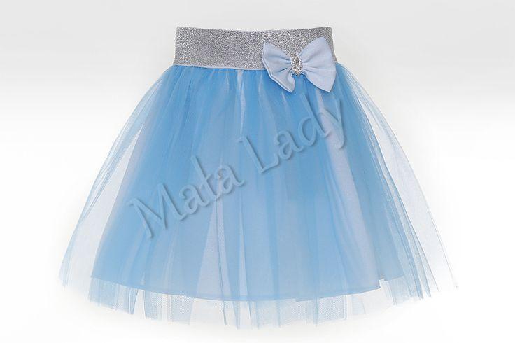 Balowa spódniczka wykonana z tiulu w kolorze niebieskiemoraz podszewką atłasową. Dzięki użytej gumie brokatowej spódniczka ładnie dopasowuje się do ciała, nie uciska. Idealnie nadaje się na różne bale i ważne uroczystości. Spódniczka tiulowa dostępna w wielu kolorach.