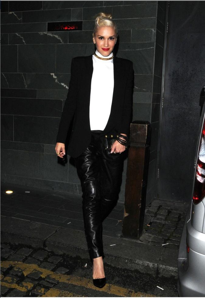 Gwen Stefani ebben a fekete-fehér összeállításban hagyta el a londoni Central Hotel-t: arany lánccal díszített fehér felsőrészhez fekete blézert, bőr nadrágot és tűsarkút párosított.forrás: instyle.hu