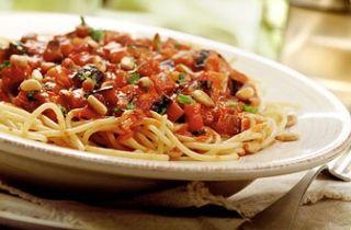 Spaghetti met aubergine, pijnboompitten en basilicum