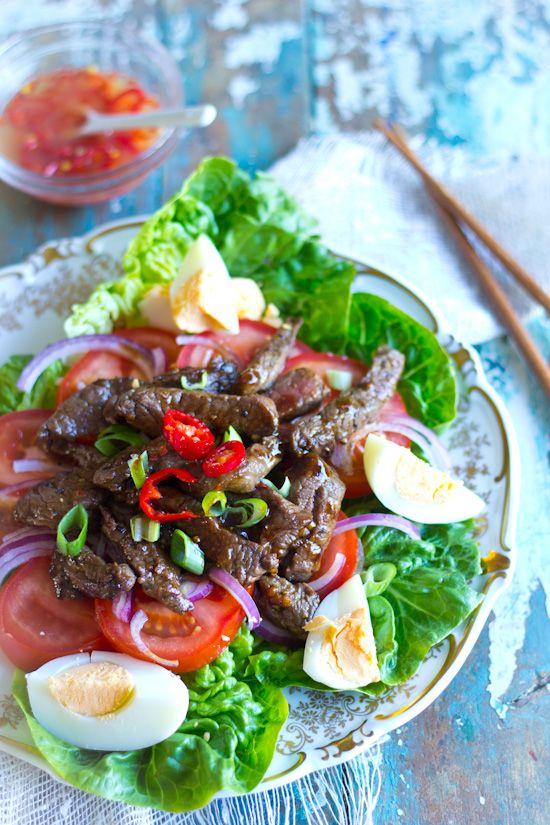 Pittige biefstuk ei salade. Een snelle salade voor de lunch of als avondmaaltijd met brood. Biefstuk, tomaat, sla en de rode peper voor pit.
