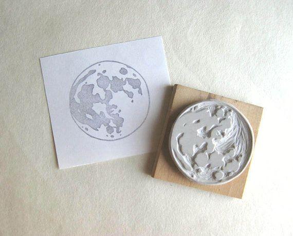 Un timbre de grande pleine lune sculptés à la main en caoutchouc. Ce timbre ressemble à son meilleur lorsquil est utilisé avec de lencre grise ou argent
