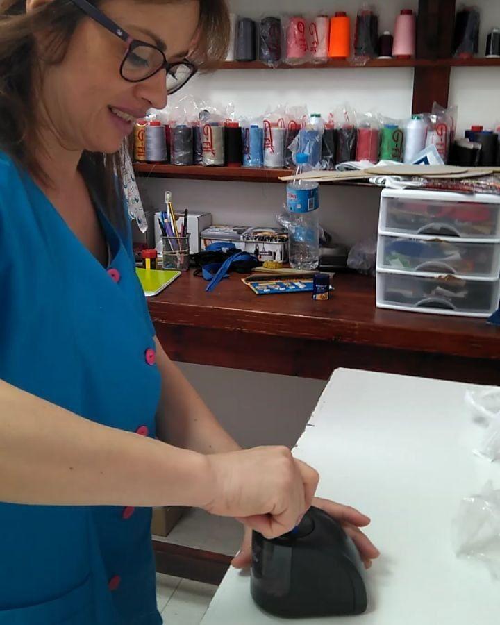Qué hace un taller de costura con un sacapuntas eléctrico? Mari nos lo explica 😄😄😄 #RobinHat #GorrosDeQuirofano #costurera #trbajando
