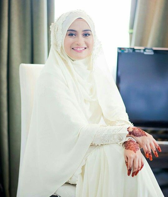 Waiting for the groom in cream wedding hijab.....(themdnoor photography)
