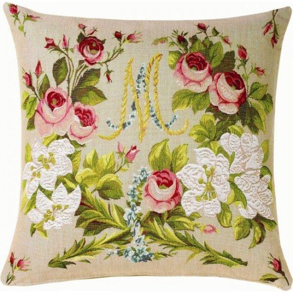 Cushion Marie-Antoinette - Ce coussin représente un extrait de la tête de lit de Marie-Antoinette à Versailles. On peut y voir son monogramme entouré des fleurs qu'elle affectionnait tant.