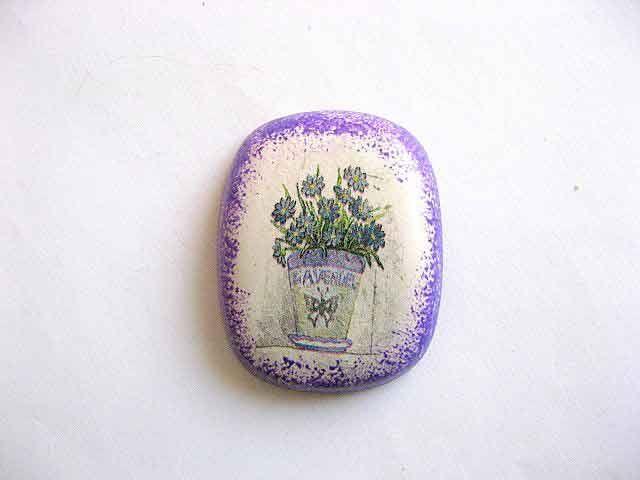 #Magnet cu #ghiveci cu #flori de #levantica, magnet #frigider #ipsos. Un #articol #lucrat #manual din categoria produselor #decoratiuni pentru #casa si #gradina. #Culori #produs: #verde, #mov inchis, mov deschis si #gri. http://handmade.luxdesign28.ro/produs/magnet-cu-ghiveci-cu-flori-de-levantica-magnet-frigider-ipsos-25272/