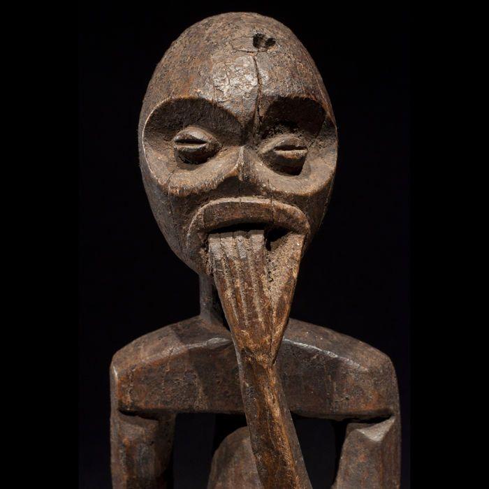 Zeldzame Tadep beeldje - MAMBILA - Kameroen Nigeria  MAMBILA cultuur aan de grens tussen Kameroen en Nigeria.Hout met een patina van slijtage. Hoogte: 42 cm.Prachtig beeld van de MAMBILA van Kameroen. Het vertegenwoordigt de voorouder van de clan of van het dorp. Deze beeltenissen heten Tadep. Dit beeldje is zeer expressief. Met een prachtige stijl is het gezicht sterk bijna hypnotische. Het lichaam is mooi gevormde de volumes werden zorgvuldig gesneden. Prachtige patina van gebruik. De…