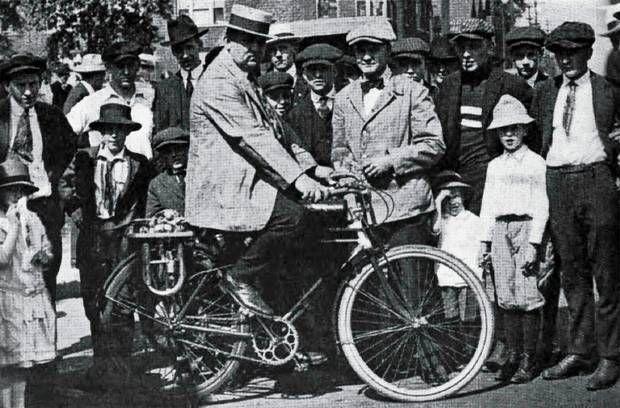 """Jovist kunne """"Verdens eneste tocyl. cykelmotor"""" samle opmærksomhed som her i 1919, hvor en stolt entusiast poserer iført sommerdress og stilig stråhat. #knallerter #moped"""
