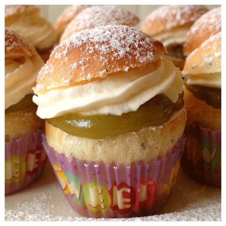 """Äntligen är dagen kommen, fettisdagen är här!! :-)  Smaktestarna firar med microsemlor i mini-cupcake formar, som vi själva döpte till italienskklingande """"Semilioni"""" då dessa fylldes med pistagemassa istället för traditionell mandelfyllning. För att få dessa små söta semlor använde vi 15 g deg i varje form (istället för normalt 60 g till varje bulle). En perfekt liten munsbit till kaffet! Läs om Smaktestarnas bästa recept på semlor på hemsidan."""