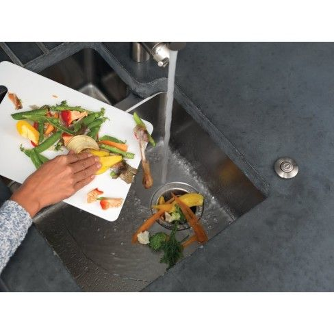Hoe werkt een voedselrestenvermaler? Je vult de vermaler met voedselresten, zet de kraan aan en je drukt op de knop, klaar!