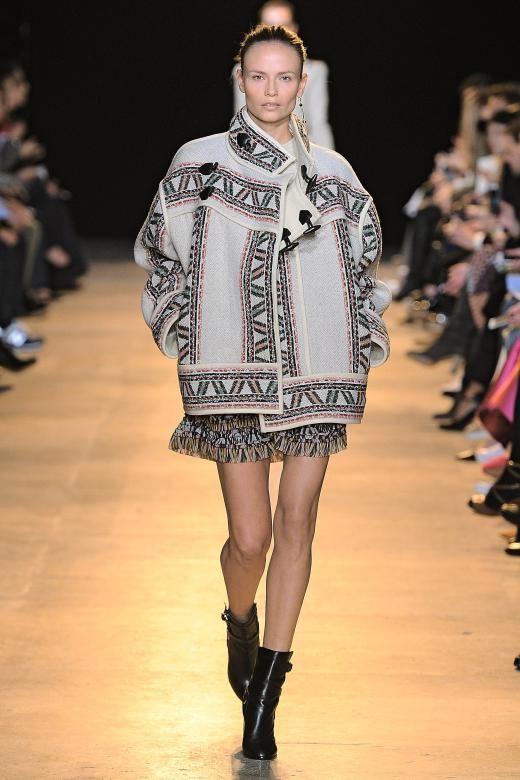 Was bei Isabel Marant immer geht, ist Etno. Zu diesem Thema finden sich Eggshape Jacken mit Zierborten zu schwingende Miniröckchen mit Volants.