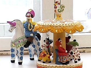 Глиняная свистулька, которую начали делать в XV веке в Дымково для местного праздника - Свистопляски, стала сегодня популярным русским сувениром.