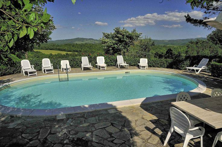 Vakantiehuis met zwembad in Umbrië in Montegiove (Italië)  Vrijstaand vakantiehuis met privé zwembad zeer rustig gelegen op 2 km van het dorpje Montegiove ca.40 km ten zuidwesten van Perugia. Het huis is onderverdeeld in een hoofdhuis met 3 slaapkamers en een dependance met 1 slaapkamer; dit gastenverblijf bevindt zich verderop in de tuin op enige afstand van het hoofdhuis. U huurt het gehele huis inclusief de dependance. Deze wordt niet apart verhuurd; u zit hier dus te allen tijde alleen…
