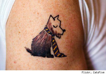 Tattoo d'un chien avec une cravate