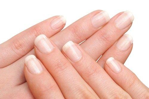 Ultra Vernis par Eye Care - Riche en silicium qui renforce et protège l'ongle, et en urée pour lutter contre le desséchement, il est formulé anti UVA-UVB pour tous les ongles même les plus fragiles (recommandé dans le cadre de certains traitements radiothérapiques et chimiothérapiques pour prévenir la chute des ongles). #hands #nails #manucure #beauty