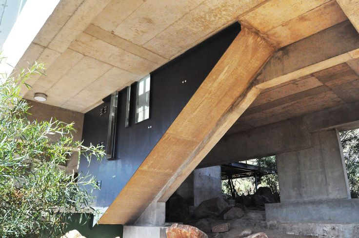 House Gauché - PIA Award 2013 - The building in Silver Lakes - of steel, glass and concrete - is carefully placed in respect of the site, bridging two indigenous outcrops