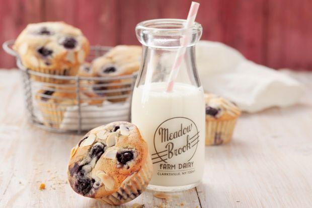 Warum immer dieselben Muffins backen, wenn es doch so viele unterschiedliche Sorten gibt? Wie wäre es zum Beispiel mit unseren leckeren Käsekuchen-Muffins mit aromatischen Blaubeeren? Mit wenig Kohlenhydraten und Zucker sind sie nicht nur lecker, sondern auch gesund!