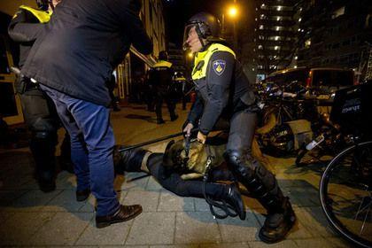 Полиция разогнала протурецкий митинг в Роттердаме       Полиция Нидерландов разогнала демонстрантов у турецкого консульства в Роттердаме, собравшихся в поддержку министра по делам семьи и социальной политики Турции Фатмы Бетюль Сая Кайя. Стражи порядка применили силу, задержав нескольких митингующих, когда те попытались прорваться к дипмиссии.