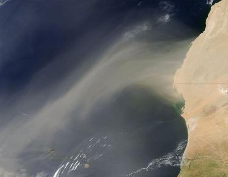大西洋にたなびく砂ぼこり、西アフリカ