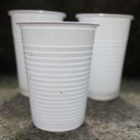 Le plastique- gobelets de distributeurs de boisson