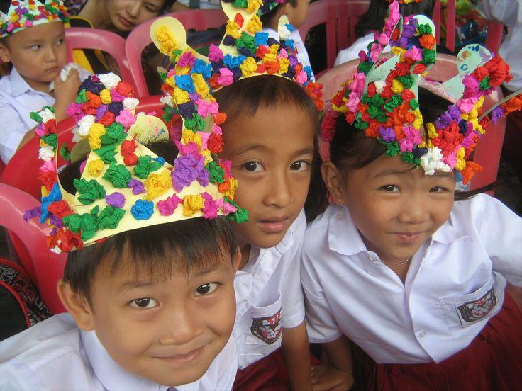 Aankleding kleuters bij de Openingsceremonie opening van de basisschool