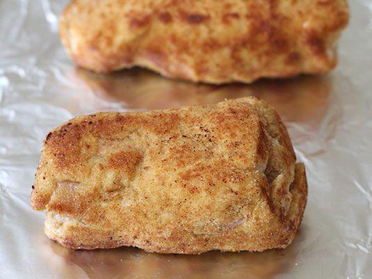 Una receta clásica maravillosa! Para prepararla solo hay que seguir el paso a paso. Va adobada con mostaza, sal y pimienta y rellena con queso y jamón. Se pasa por huevo, se rebosa en miga de pan, se fríe y se temina en el horno, les va a encantar!