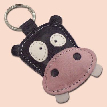 Ce mignon porte-clé en forme de hippopotame est fabriqué à partir de cuir 100% naturel.   Le porte clé est rembourré avec de la ouate pour lui donner du volume et un toucher plus doux.   Ses dimensions sont 7 x 7 cm.