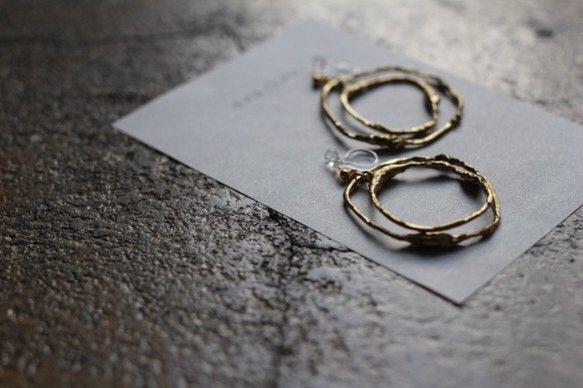 2重マルのイヤリング今日は◯◯の日。パーツサイズ:直径約32mm素材:銅ワイヤー、樹脂、ゴールドメッキ調塗装仕上装着時は立体的な重なりになります。※ワイヤーに...|ハンドメイド、手作り、手仕事品の通販・販売・購入ならCreema。