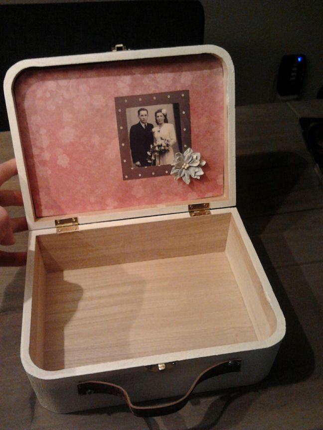 De inhoud van een herinneringendoos voor een huwelijk. Het koffertje komt van de Pipoos. De buitenkant is geborduurd.