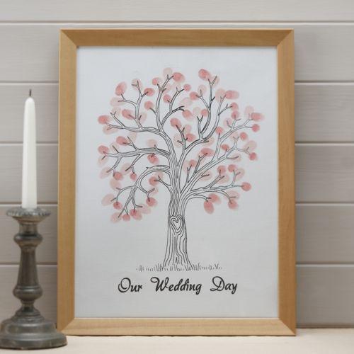 1 Baum - Fingerprints für deine Hochzeit oder Party. Für diesen Trend entscheiden sich immer mehr Brautpaare. Die Hochzeitsgäste hinterlassen ihren Fingerabdruck auf einer Leinwand mit großem Baum und verleihen ihm somit bunte Blättter. Dies ist eine romantische Alternative zum traditionellen Gästebuch. In Set finden Sie alles: Leinwand mit Baum-Aufdruck und Stempelfarbe 2x rosa 1x dunkelrosa. Maße: 30 x 42cm (A3)