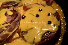Tournedos Sauce aux Deux Poivres (pour 4 personnes) Ingrédients: 4 pièces épaisses dans le cœur du filet de bœuf (180 gr env. par pers.) 4 longues tranches de lard (ou plus selon taille) Huile d'olive Sel & Poivre Ficelle à rôtir Pour la sauce aux deux...