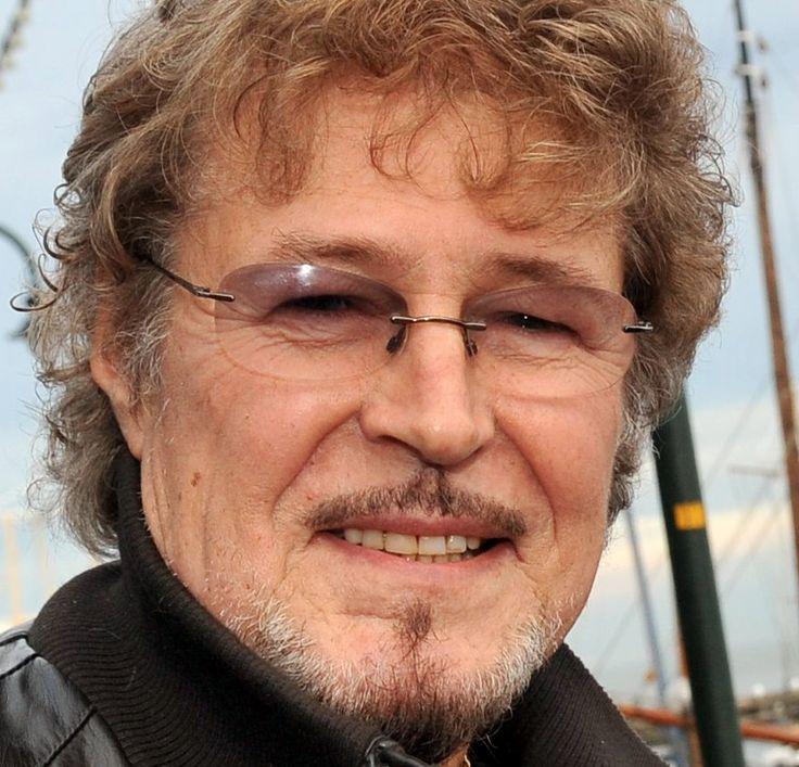 Piet Veerman 01-03-1943  Nederlands zanger, gitarist en componist. Hij werd sinds 1964 bekend als zanger en gitarist van The Cats. Dankzij zijn bepalende stemgeluid heeft hij een belangrijk aandeel gehad in de vorming van de palingsound. Vanaf 1985 ging hij door met een solocarrière. Hij ontving meer dan dertig gouden platen.  https://youtu.be/TrBSD-nOVQ0?list=PLzq043mGIWo9GgnLC2m6UJ8IBI2zqvJKu