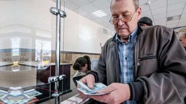 Emeklikte yaşa takılanlar sorunu, referandum öncesi yine gündemde. Bakanlık yeni bir düzenlemeye yakın durmasa da beklenti sürüyor. Bir ara çözüm sorunu ortadan kaldırır mı?