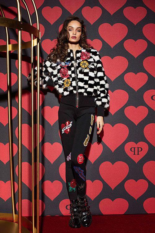 Межсезонная коллекция немецкой марки Philipp Plein под названием #LoveMePlein отличается яркими и дерзкими образами, эклектичностью и обилием красочных принтов и нашивок. В коллекции представлены элегантные брючные костюмы, эффектные изделия из меха,...