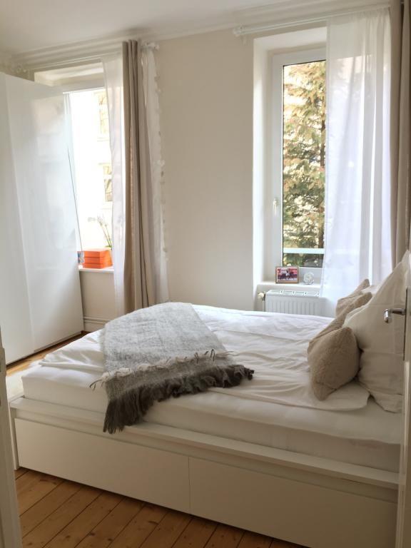 tr umen in wei helles schlafzimmer in hamburger. Black Bedroom Furniture Sets. Home Design Ideas