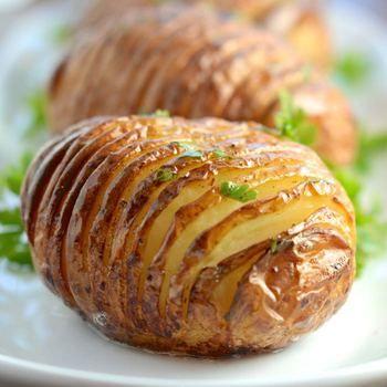 ジャガイモが柔らかくなり、画像のように切り込みが開いたら完成です!  切り込み部分にチーズやハーブを挟んで焼いても美味しいですよ♪