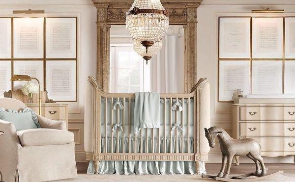 un mobilier élégant et des accents en bleu pâle dans la chambre de bébé