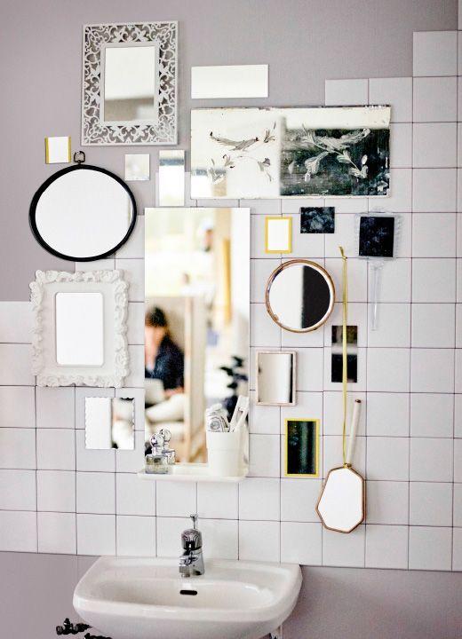Mehrere Spiegel umeinander an einer Wand platziert, u. a. GRUNDTAL Spiegel in Edelstahl