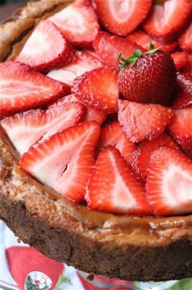 Strawberry Cheesecake// http://www.thecurvycarrot.com/2011/03/26/strawberry-strawberry-cheesecake/