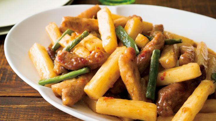 平野 レミさんの豚肩ロース肉を使った「長芋のブータレ炒め」のレシピページです。こってり味がおいしい照り焼きだれは根菜との相性バツグンです。長芋は火の通りが早いので、忙しい日のお助けメニューにもなります。 材料: 豚肩ロース肉、長芋、さやいんげん、にんにく、照り焼きだれ、かたくり粉、サラダ油