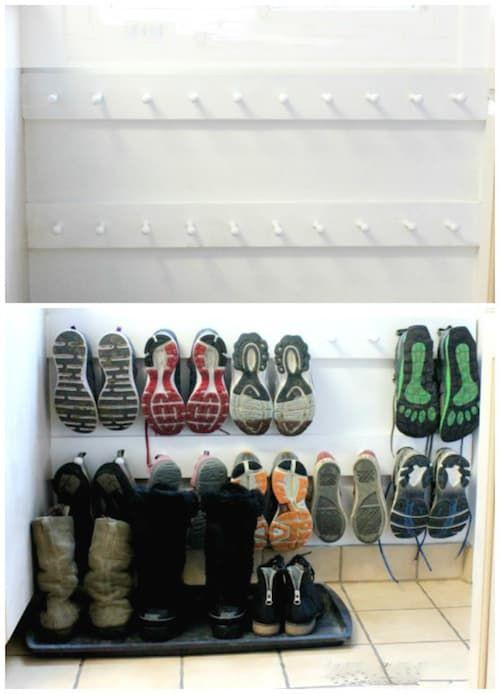Une super astuce de rangement est d'utiliser des portemanteaux pour ranger vos chaussures.