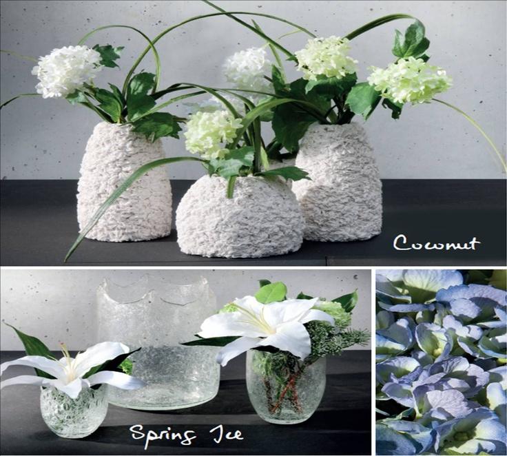 """A veces lo más sencillo es lo más bonito; aquí tenemos los jarrones modelo """"esponja"""" con viburnums y los jarrones de cristal modelo """"tesoro"""" con lilliums. No necesitan más"""