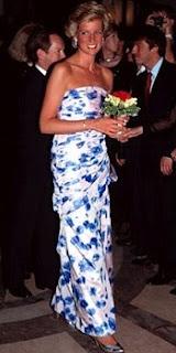 """La principessa Diana aiutò molto la moda inglese scegliendo abiti di stilisti britannici per perpetuare la sua immagine di """"English Rose""""."""